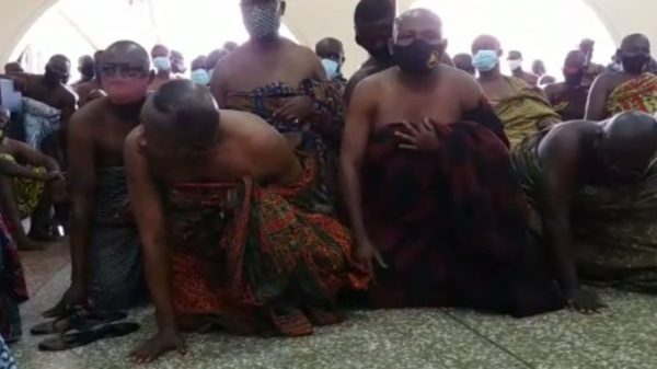 Watch How Bantamahene Crawls Before Otumfuo to Beg For Forgiveness; As He Faces Destoolment -[VIDEOS]